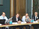"""Staatssekretär Stefan Kapferer (2.v.l.) mit Mitgliedern des Plenums der Plattform """"Zukunftsfähige Energienetze"""""""