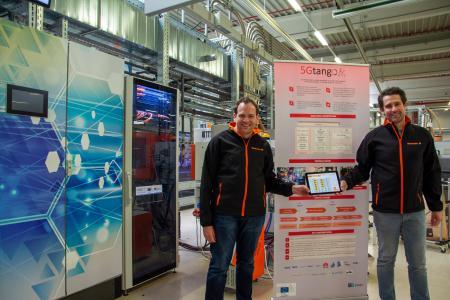 Daniel Behnke (li.) und Dr. Patrick-Benjamin Bök (re.) zeigen im IoT-Testbed bei Weidmüller die Ergebnisse des Projekts 5G-TANGO