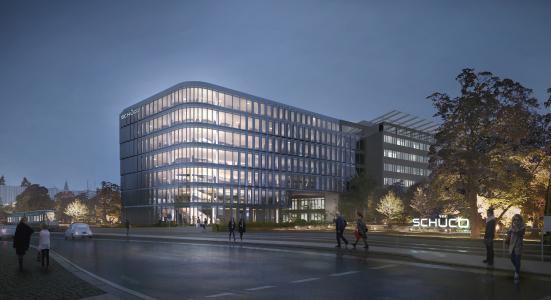 Der mit einer eleganten Fassade vorgesehene Schüco Neubau ist über fünf Stockwerke mit der bestehenden Unternehmenszentrale verbunden. Es entsteht eine gläserne Brücke über die im Zuge des Neubaus verlängerte Schücostraße (Foto: 3XN Architects)