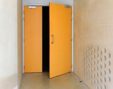 Eingang zum Lernparcours über eine manuelle asymmetrisch geteilte Brandschutztür mit  ISM-Türschließersystemen (Foto: GEZE GmbH)