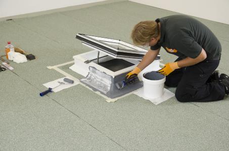 BauderLIQUITEC - das Flüssigkunststoff-Abdichtungssystem für komplexere Durchdringungen und Details auf dem Flachdach