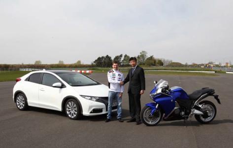 Stefan Bradl und Honda Deutschland-Präsident Katsushi Inoue