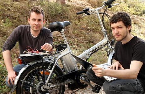en Heermann (links) und Edy Ben Fadhel haben gemeinsam mit einer Kommilitonin eine Technik entwickelt, die Informationen zum Akkustand bei E-Bikes an einen Laptop schickt (Foto: Thomas Koziel)