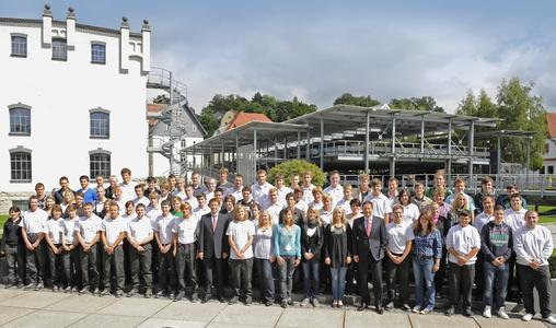 Insgesamt haben in diesem Jahr 75 junge Menschen ihre Ausbildung an den deutschen Standorten der Brose Gruppe begonnen. Das Bild zeigt J.Otto, Vorsitzender derGeschäftsführung(6.v.r.),und Ausbildungsleiter M.Stammberger (m) mit denBrosianer