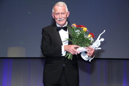 Glücklicher Preisträger: Eckhard Bluhm, Gründer und Geschäftsführer der Bluhm Weber Gruppe. Bildquelle: Foto – Boris Löffert