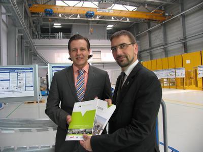 Sven Ambrosy (rechts), stellv. Vorsitzender des Machining Innovations Network e. V. und Landrat des Landkreises Friesland überreicht Gero Schmid, J. Schmalz GmbH die Mitgliedsunterlagen im Technologiezentrum Varel