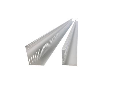 Das Design der geraden Variante KFL SUS gleicht dem der Kiesfangleisten des Metallwarenherstellers. Mit ihrem breiten Kopfstück setzt sie formschöne Akzente zwischen den verschiedenen Substraten.