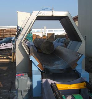 Das Metall-Detektionssystem LICON-HX von Sesotec detektiert Metallteile in Holzstämmen. Die Farbsprüheinrichtung oben an der Spule markiert die verunreinigte Stelle.