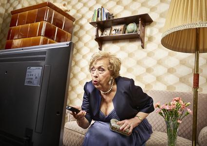 Brunhilde (85) besitzt wie 80 % aller Haushalte mit Kabelanschluss einen Flachbild-Fernseher. So richtig festlich ist ihr Fernsehabend jedoch erst, seitdem sie ihr Kabelfernsehen digital empfängt.
