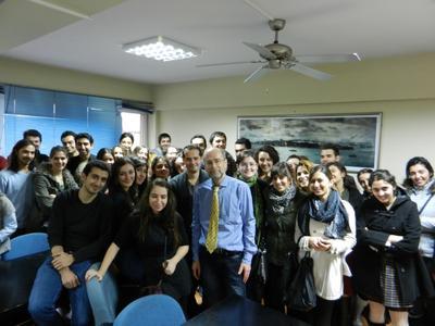 Der Flensburger Fachhochschulprofessor Dr. Wolfgang Riggert mit Studierenden der Marmara  Universität in Istanbul