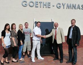 Patrick Ziebell (links - B5 Solar GmbH) übergibt Wieland Breuer (rechts- Direktor Goethe Gymnasium Nauen) ein Photovoltaikmodul
