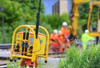 Ein Funkwarngerät für Gleisbauarbeiter wird durch ein robustes Gehäuse von ROSE vor Wind und Wetter geschützt