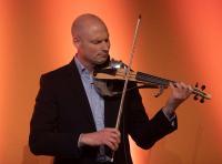 Der Musiker Max Grosch spielte auf einer elektronischen Violine – sie wurde mit hyperMILL® programmiert und aus einem Materialblock gefräst, Quelle: OPEN MIND
