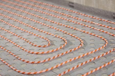 Die gelochte Klettmatte RAUTHERM SPEED plus renova stellt zusammen mit dem RAUTHERM SPEED 10 Millimeter Rohr das erste Verbundsystem auf Basis der Kletttechnologie dar. (Bild: REHAU)