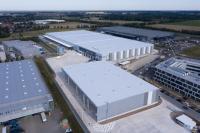 Nach nur zehn Monaten Bauzeit erfolgt jetzt die Bewirtschaftung des modernen Logistikzentrums (Bildmitte vorn und hinten).