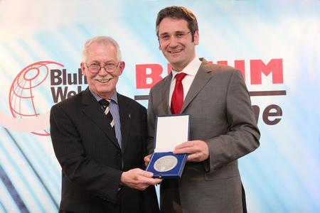Eckhard Bluhm nahm die Wirtschaftsmedaille aus den Händen des rheinland-pfälzischen Wirtschaftsministers Hendrik Hering entgegen