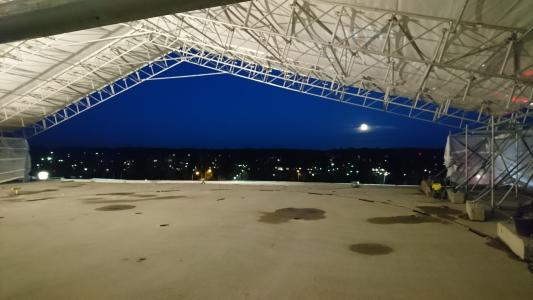 Für die Sanierung des Helikopter-Landeplatzes auf dem Dach des Mikkeli Central Hospitals wurde vorbereitend und begleitend ein Zelt errichtet, das Schutz gegen Witterungseinflüsse bot / Bild: KORODUR, Amberg