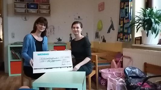 Diana Kuhrau von der WEMAG überreicht Silke Schönrock von der SOZIUS Kinder- und Jugendhilfe (v. r.) den symbolischen Spendenscheck (Foto: Franziska Hain)