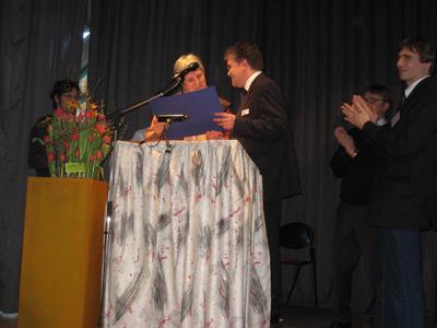 Carsten Walser von AZUR Solar mit Frau Rektorin Juliane Wolf am Pult