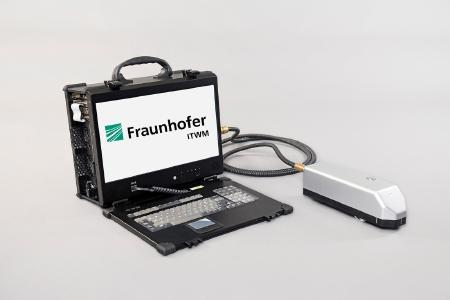 Handgehaltener Terahertz Sensor für den mobilen Einsatz. Einsatzbereit ohne weitere Geräte, Standard Steckdose ausreichend ©Fraunhofer ITWM