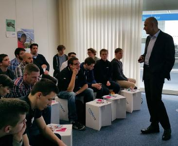 "Already a success at CeBIT 2016: Arvato Systems CMO Marcus Metzner with students at ""erlebe IT"""