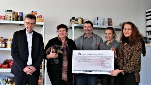 The donation is handed over to Berberhilfe Landshut its new premises. The money will be used to finance a new vehicle which can be used to collect and distribute donations.