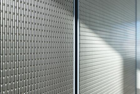 Das Architekturgewebe aus der Nähe: Grundsätzlich sollten keine Schrauben oder andere Befestigungen sichtbar sein. Daher wurden die von GKD gelieferten Gitter mit den Stahlrahmen durch eingeklipste Magnete verbunden / Bild: Oliver Baucks, www.baucks.com