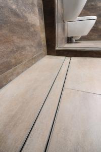 Die passgenaue Fertigung der Rinne ermöglicht einen bündigen Einbau in die barrierefreie Duschnische