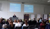 Dr. Peter Jahns, Leiter der Effizienz-Agentur NRW, begrüßte die Teilnehmer des 2. DesignCamp.NRW in der FH Bielefeld. Foto: Kirill Wulfert