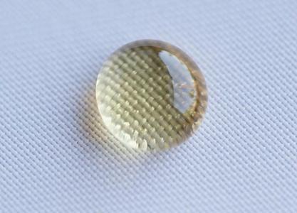 Nano-funktionalisierte Textilien weisen Wasser und Schmutz ab.© Hohenstein Institute