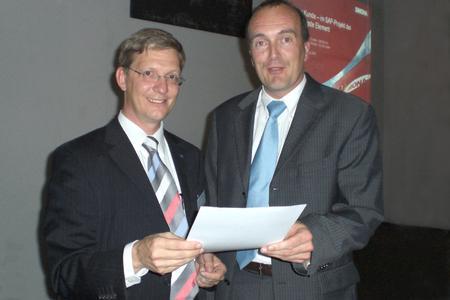 Herr Dr. Steffen Gremler, SYCOR GmbH, gratuliert Herrn Ekkehard H. Schieffer, Geschäftsführer Schieffer GmbH & Co. KG, zum IT-Strategieworkshop
