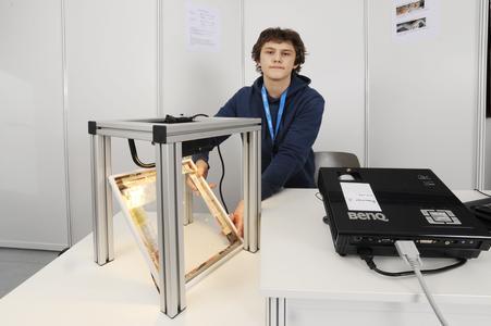"""JuFo 2012: Alexander Hug mit seinem Projekt """"Aerodynamische Verbesserung von Solarmodulen"""""""
