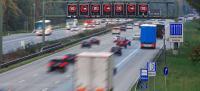 Aus den mit Hilfe des Detektors gewonnenen Verkehrsdaten resultieren z.B. aempfohlene Richtgeschwindigkeiten auf Schilderbrücken