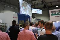 Genaue Einblicke in die Bearbeitungsvorgänge erlebten die Besucher durch Bildübertragungen auf Großbildschirme / Bildquelle: Hufschmied Zerspanungssysteme