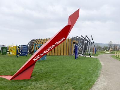 """Motto- und Thementräger, das """"rote Band"""" (Foto: WHF GmbH)"""