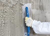 Der neue Feuchteregulierungsputz Elegant MRP der MC-Bauchemie kann auf niedrig salzbelastetes und feuchtes Mauerwerk bis zu einem Durchfeuchtungsgrad von 95 % aufgetragen werden und sorgt mit seiner speziellen Porengeometrie für eine dauerhafte und wirkungsvolle Feuchteregulierung.