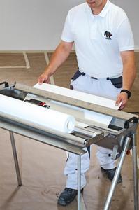 Geräte für das Verarbeiten des neuen Capaver AkkordVlies Z130 AA sind ein handelsübliches Wasserbadgerät und ein Abstreifer (Foto: Caparol Farben Lacke Bautenschutz)