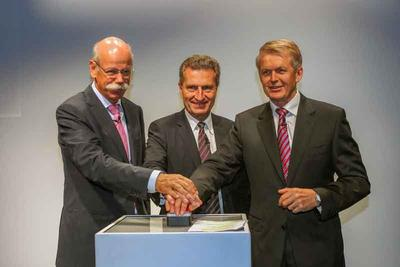 Dieter Zetsche, Günther Oettinger und Vorstandsmitglied Thomas Weber eröffnen den Windkanal (von links nach rechts, Foto: Mercedes-Benz, frei zur Veröffentlichung bei Namensnennung)