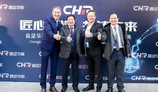 Thumbs up for the new foundry (from left): Alfred Schlosser, Managing Director Grenzebach Machinery Jiashan, Changshun Ciu, main shareholder CHR Nantong, Renato Luck, CEO Grenzebach Group, Thomas Liu, Casting Manager at Grenzebach
