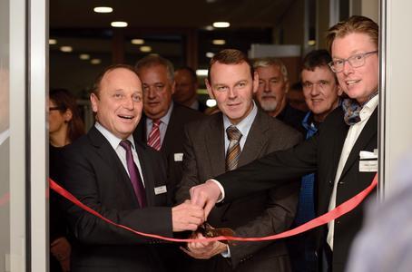 Christian Binder, Syslogic CEO, Dr. Fritz Jaeckel, Leiter der sächsischen Staatskanzlei, und Architekt Patrick Zimmer eröffnen die neue Niederlassung.