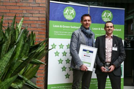 Als erstes reiner Logistikdienstleister in der Schweiz wurde die Krummen Kerzers AG mit dem Lean & Green-Award ausgezeichnet. Geschäftsführer Peter Krummen (l.) und Alain Meuwly aus dem Finanz- und Rechnungswesen des Unternehmens, nahmen den Award entgegen. (Foto: Ruben Hollinger)