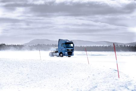 Speeding across the ice in Sweden: During winter testing the drivers try out all Knorr-Bremse commercial vehicle systems under extreme conditions.