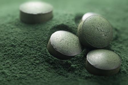 Algenpulver und Tabletten; Quelle: Depositphotos