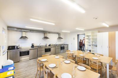 Bild: Küche und Essbereich Ausbildungszentrum Firmengruppe Max Bögl  Firmengruppe Max Bögl/Carsten Staudenmaier