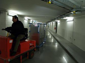Kilometerlange unterirdische Versorgungstunnel verbinden die Zentralküche mit dem benachbarten Katharinenhospital.Die Tablett-Transportwagen Ice(TTW)gelangen im Zugbetrieb mit bis zu vier Wagen pro Zugfahrzeug durch die Tunnel auf Station.