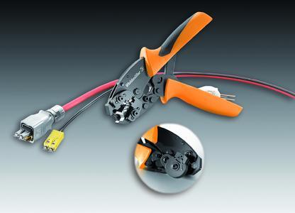 """Das Weidmüller Multifunktionswerkzeug HTX-IE-POF vereint die Arbeitsschritte Schneiden, Abisolieren und Crimpen. Detail: Das rotierende Messer schneidet exakt die POF-Faser an der """"Ferrule"""". Ein nachträgliches Polieren der Schnittfläche entfällt. Der Anwender erzielt eine große Zeitersparnis"""