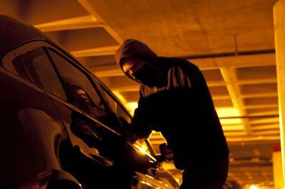 Die Schlagfestigkeit der 3M Scotchshield Automotive Security Folien verlängert den Einbruchversuch und schreckt Kriminelle ab, Foto: 3M