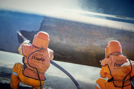 ©Gerardo Arenas Reinigung von Brückenbauteilen bei der Sanierung mittels HOT POWAIR und GLASS-GRANULATE, stark abrasiv. PSA12 samt Helm und Frischluftzufuhr.