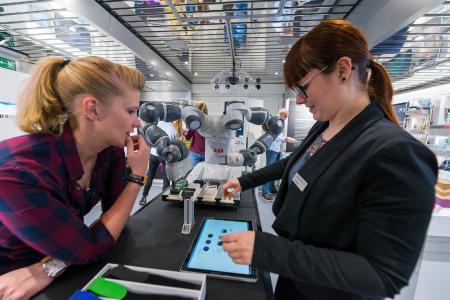 Die projektbegleitenden Wissenschaftler erläutern im Gespräch Hintergründe der Initiative und wissenswerte Details zur Ausstellung / © BMBF-Initiative InnoTruck / FLAD & FLAD Communication GmbH