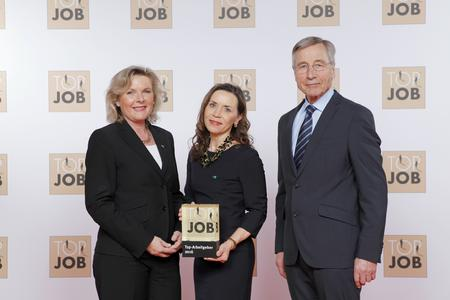 Verleihung des Top-Job-Siegels in Berlin: (v.l.n.r.) Anke Höfer (Vorstand CONET), Sabine Cox (Leiterin Personal CONET) sowie Top-Job-Schirmherr und Bundeswirtschaftsminister a.D. Wolfgang Clement (Foto: TOP JOB)